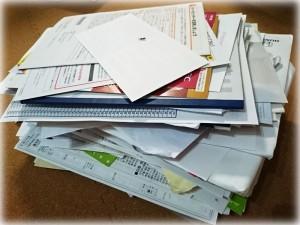 書類の捨てる山