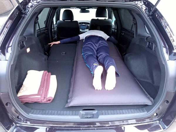 車中泊マットに寝る
