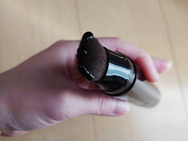 KIWABI(綺和美)白髪隠しカラーリングブラシの黒い液体