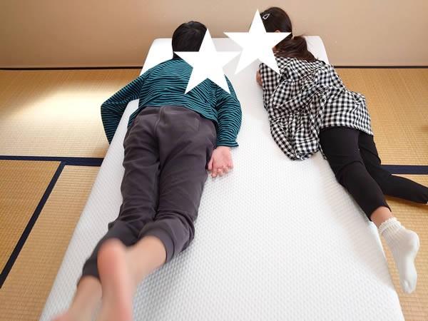 エマスリープのマットレスに子どもたちが寝転んでいる